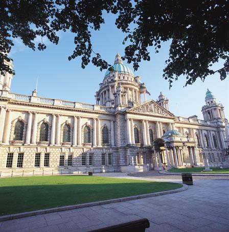 بلفاســـت الايرلنديـــــة BelfastCityHall.jpg